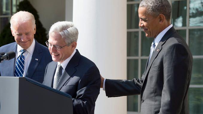 Barack Obama (r.) und seine Vize Joe Biden (l.) präsentieren Merrick Garland vor dem Weißen Haus.