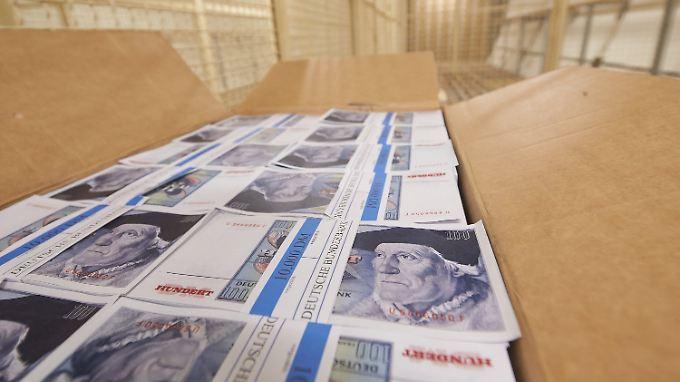 Nachgedruckte 100-Mark-Scheine in einem Gitterverschlag im ehemaligen Bundesbank-Bunker.