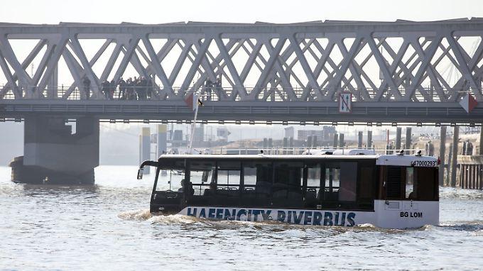 """""""Riverbus"""" in Hamburg: Amphibienfahrzeug schippert bald Touristen über Alster und Elbe"""
