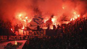 Der FC Schalke geht gegen gewaltbereite Fans vor.