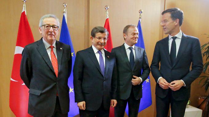 Kommissionspräsident Jean-Claude Juncker mit dem türkischen Premier Ahmet Davutoglu, dem EU-Ratspräsidenten Donald Tusk sowie dem niederländischen Regerirungschef Mark Rutte