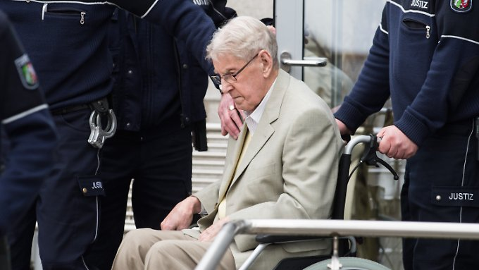 Reinhold Hannings erscheint im Rollstuhl vor Gericht. Er ist mittlerweile 94 Jahre alt.