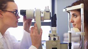 Die Brille müssen Kassenpatienten zwar selbst bezahlen. Doch die Sehstärkenbestimmung beim Augenarzt ist für sie kostenlos.