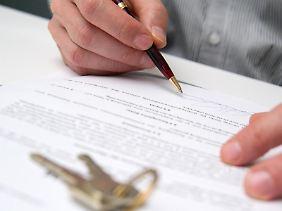 Wie setzt sich die Miete zusammen? Vor der Unterschrift unter den Mietvertrag sollten Interessenten genau hinsehen, ob es sich um eine Brutto-, Kalt- oder Teilinklusivmiete handelt.