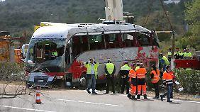 In dem Bus saßen 61 Menschen, 13 davon starben bei dem Unfall.