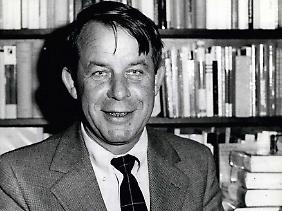 Siegfried Lenz war selbst wenige Tage vor Kriegsende desertiert und hatte in den Wäldern Dänemarks überlebt. (Bild von 1976)