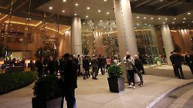 Die Hotelgäste versammelten sich vor dem Gebäude.