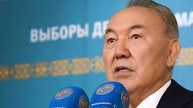 """Im """"glücklichen Zustand"""": Diktator Nasarbajew."""