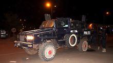 Gepanzerte Fahrzeuge sichern die das Hotel ab, in dem die EU-Mission untergebracht ist.