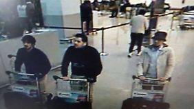 Die beiden dunkel gekleideten Männer sollen die Selbstmordanschläge in Brüssel verübt haben. Nach dem Mann in der hellen Jacke wird gefahndet.