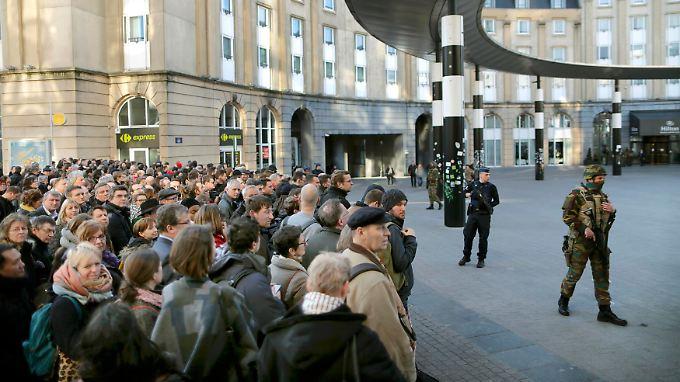 Ausnahmezustand in der belgischen Hauptstadt: Pendler warten auf die Freigabe des Zentralbahnhofs.