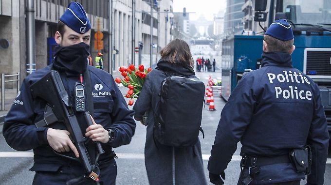 Schwerbewaffnete Polizisten sichern die Metrostation Maelbeek ab.