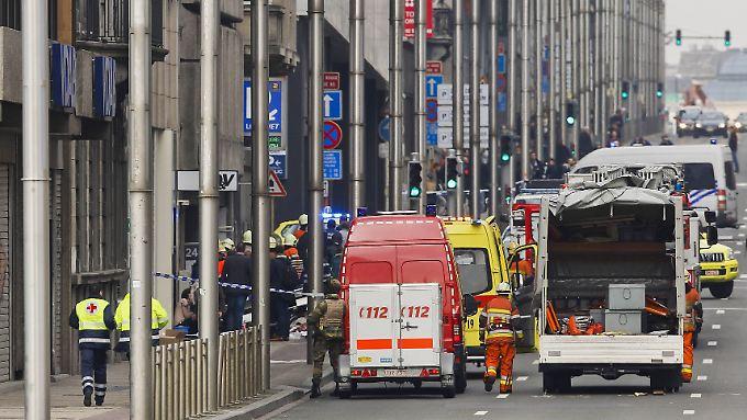 Rettungswagen vor der Metro-Station Maelbeek. Hier explodierte eine Bombe in einem einfahrenden U-Bahn-Wagen.