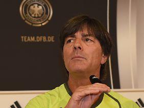 Im Schatten des Terrors: Bundestrainer Joachim Löw muss mit seinem Team unter erschwerten Bedingungen trainieren.