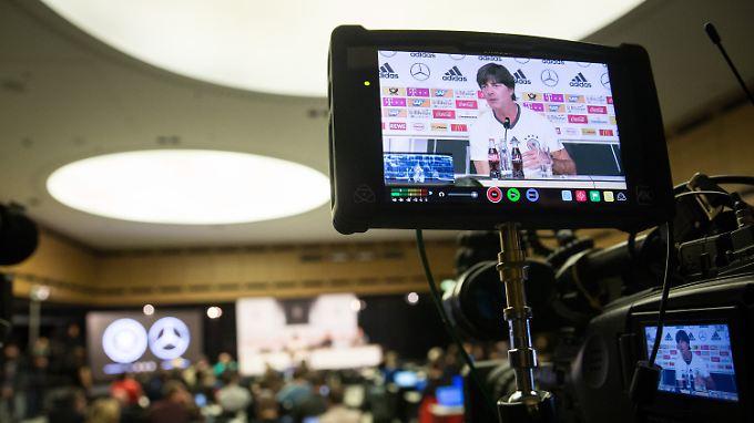Bundestrainer Joachim Löw startet gegen England sein EM-Casting.