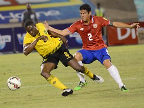 Zwiekampf in Kingston: Jamaikas Clayton Donaldson (l.) kämpft mit Johnny Acosta aus Costa Rica um den Ball.