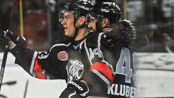 Leonhard Pföderl bejubelt mit Kyle Klubertanz seinen Treffer zum 1:0 für die Nürnberg Ice Tigers.