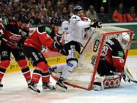 Beim Spiel der Kölner Haie (rot-schwarz) gegen die Eisbären Berlin (weiß) ging es turbulent zu. Am Ostermontag kommt es zum Entscheidungsspiel.