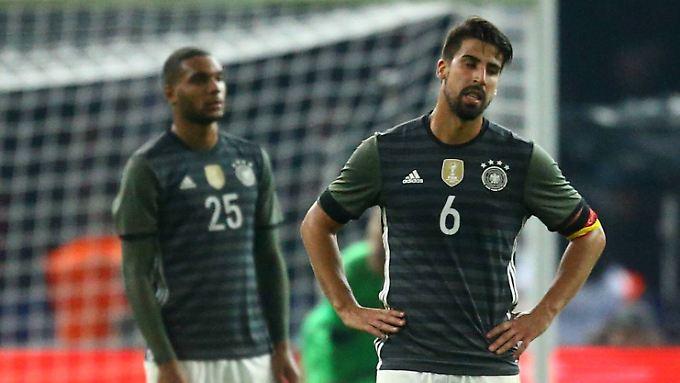 Ausgespielt: Sami Khedira und DFB-Debütant Jonathan Tah (Hintergrund).