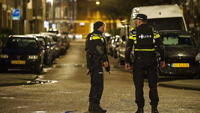 Polizisten sperren im Rotterdamer Westen die Straße ab, in der der Verdächtige festgenommen wurde.