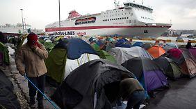 Auch im Hafen von Piräus reiht sich mittlerweile Zelt an Zelt.
