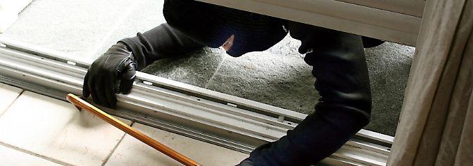 Aluminium-, Stahl- oder Holzrollladen sind deutlich widerstandsfähiger als Kunststoff.