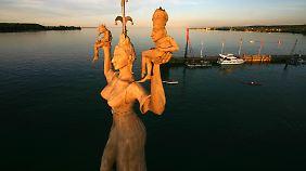 Die Imperia ist das Wahrzeichen von Konstanz. Das Bildnis zeigt eine Prostituierte, die Kaiser und Papst auf Händen trägt.