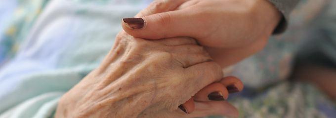 Wird der Angehörige zu Hause gepflegt, gibt es einen Anspruch auf vollständige Freistellung bis zu sechs Monaten.