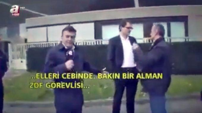 """Reporter Yüksel (links): """"Er (Stock, Mitte) hat die Hände in den Taschen und spricht, als würde er uns beleidigen."""""""