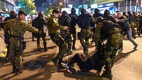 Polizei und Armee gehen alles andere als zurückhaltend mit den Demonstranten um.