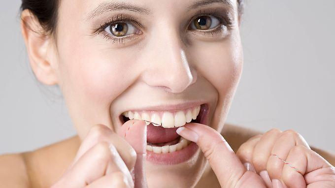 Die Benutzung von Zahnseide empfinden viele als anstrengend. Die Mühe lohnt sich aber.