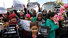 """""""IS, hau ab!"""": Brüssel gedenkt der Terroropfer"""