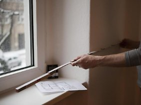 Für viele Vermieter und Mieter ist fraglich, wo sie den Zollstock ansetzen müssen: Vor der Fensternische oder zählt sie zur Wohnfläche dazu?