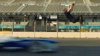 Nervenkitzel pur: Stuntman macht Rückwärtssalto über fahrendes Formel-E-Auto