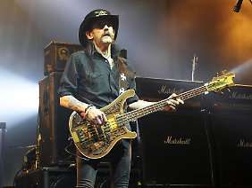 Lemmy bei einem seiner letzten Auftritte am 9. Dezember 2015 in Hamburg - man sah ihm die Gesundheitsprobleme an.