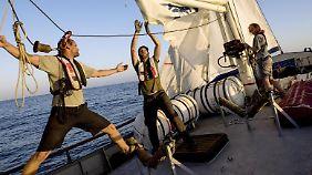 """An Deck der """"Sea-Watch"""": Die Crew musste viele technische Defekte an dem alten Fischkutter beheben."""