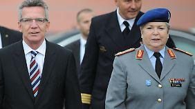 Erika Franke im Jahr 2013 mit dem damaligen Bundesverteidigungsminister Thomas de Maiziere.