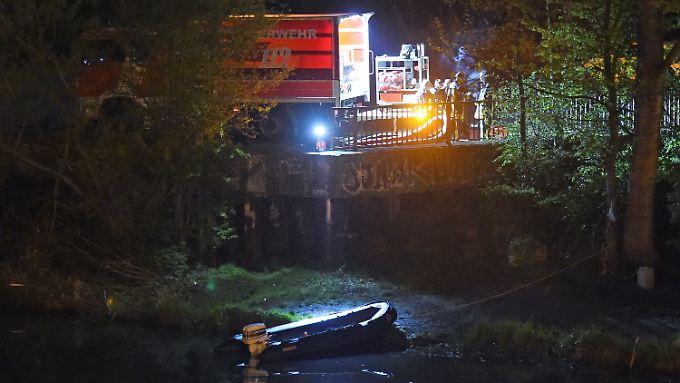 Polizei und Feuerwehr suchen am Elsterbecken nach kleinsten Hinweisen.