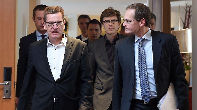 BER-Chef Karsten Mühlenfeld (l) mit dem Aufsichtsratschef Michael Müller auf dem Weg zur Pressekonferenz.