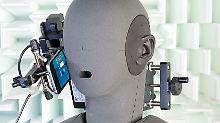Roboter telefoniert für Warentest: Galaxy S7 schlägt iPhone SE