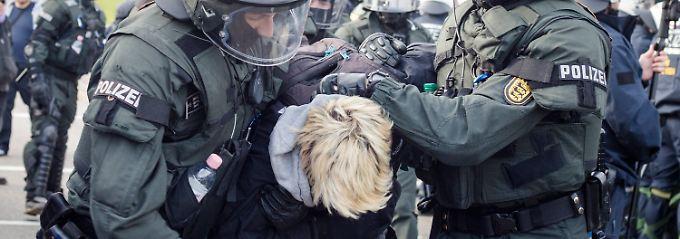 Rangeleien beim Bundesparteitag: Polizei arrestiert Hunderte AfD-Gegner