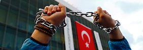 Sie demonstrieren für eine freie Presse und eine freie Gesellschaft.