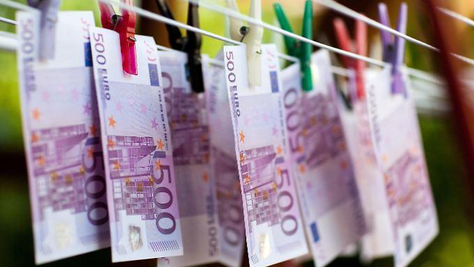 Die EZB schafft den 500-Euro-Schein ab. Kritiker vermuten dunkle Motive hinter der Entscheidung.