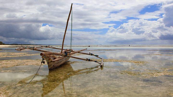 Eine Dhau am Strand auf Sansibar (Tansania).