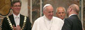 """""""Er macht Europa Hoffnung"""": Papst Franziskus wird mit Karlspreis geehrt"""