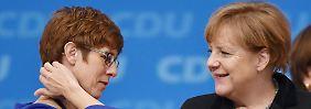 Kramp-Karrenbauer (li.) wurde schon nachgesagt, sie wolle Merkel beerben.