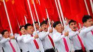 … rote Parteifahnen …