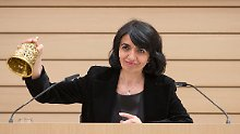 Muhterem Aras leutet bei der konstituierenden Sitzung im Landtag in Stuttgart erstmals die Glocke.