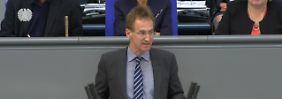 """""""Schrumpelklöten"""" im Bundestag: CDU-Politiker trägt Böhmermann-Gedicht vor"""