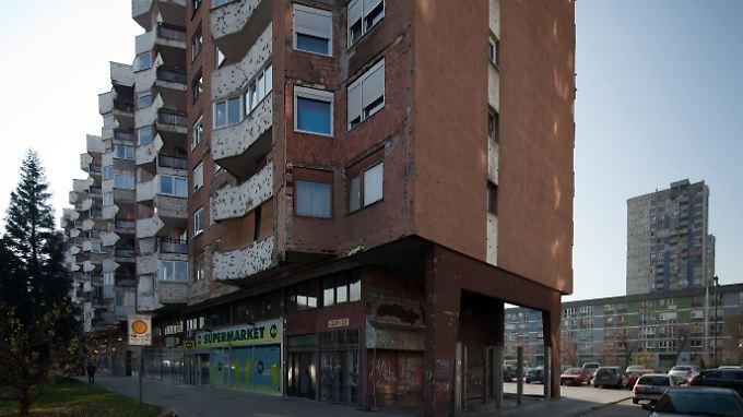 Die Spuren des Bürgerkriegs sind in dieser Hochhaussiedlung in Bosnien noch deutlich zu sehen.